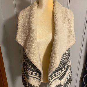 Oversized Sherpa collared vest w/tribal print
